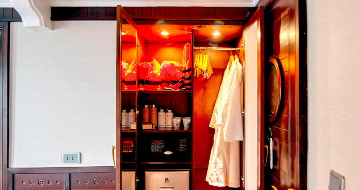 Deluxe-Cabin-The-Au-Co-Luxury-Cruise-Halong-Bay-closet.jpg