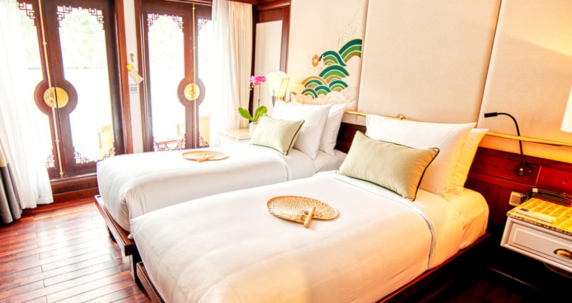 Executive-cabin-twin-beds-The-Au-Co-Luxury-Cruise-Halong-Bay.jpg