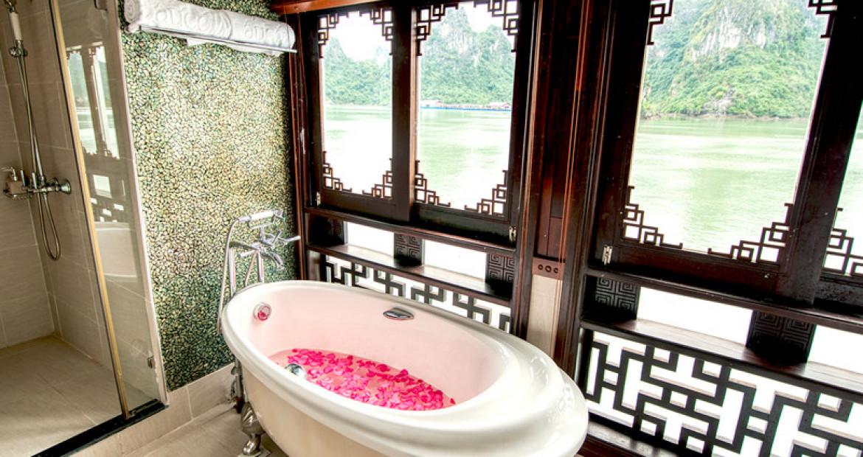 Bathroom-Long-Quan-Suite-The-Au-Co-Luxury-Cruise-Halong-Bay.jpg